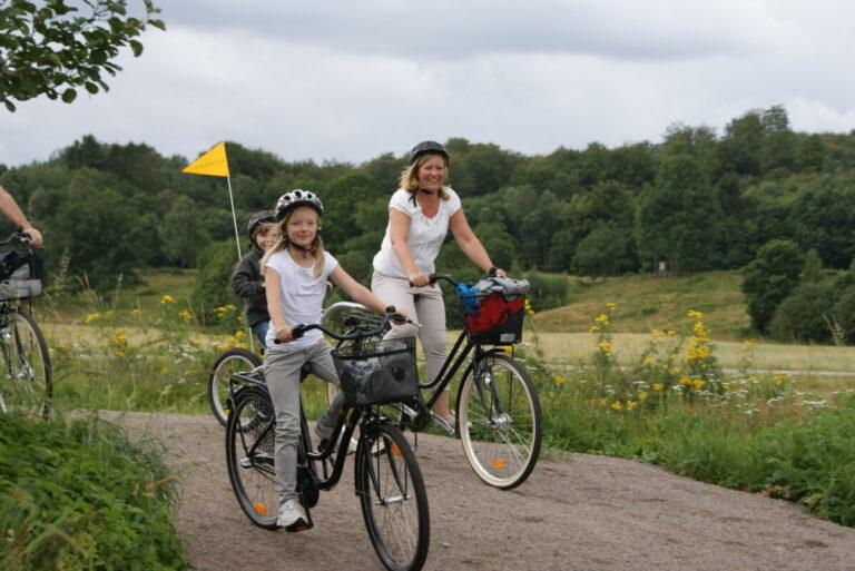 Cykla på mysiga småvägar genom böljande landsbygd